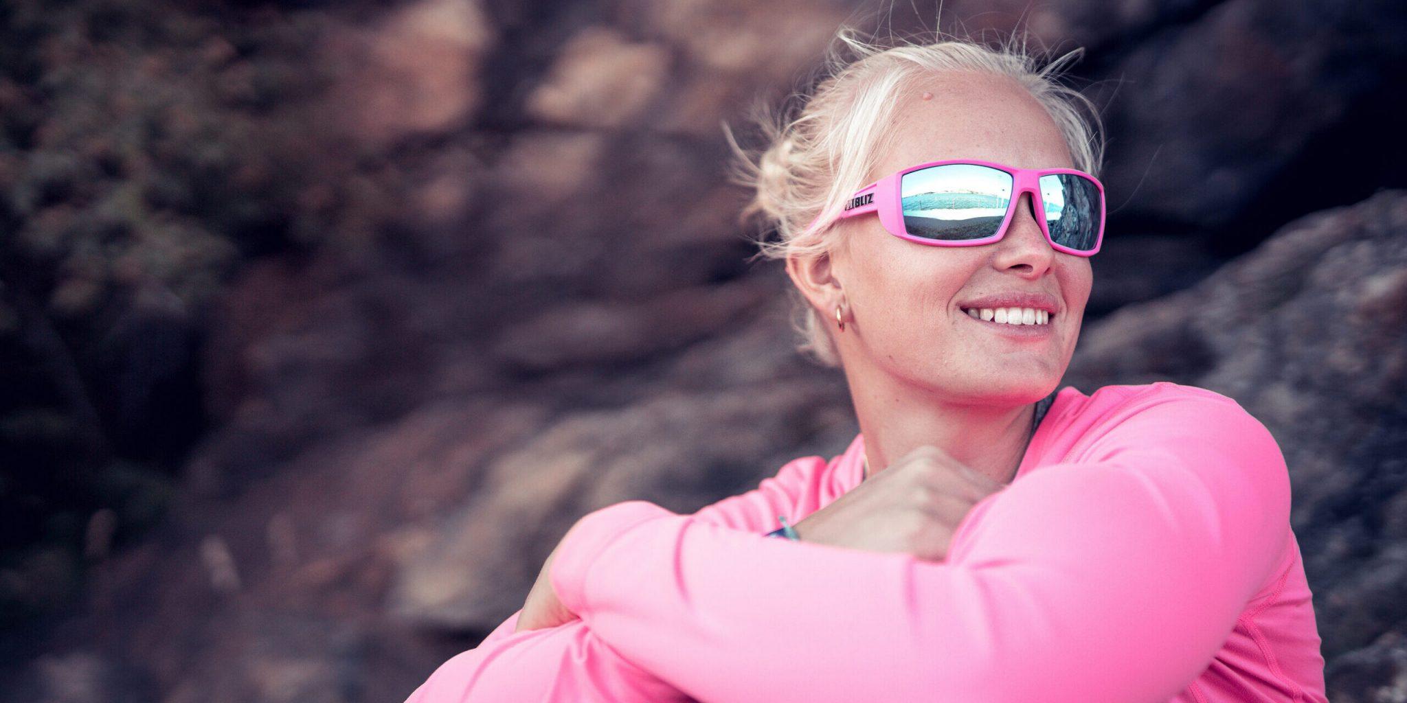 54001-43_drift-bliz sunglasses_lifestyle_pink_sportsglasses_lovisa karlsson_lifestyle2